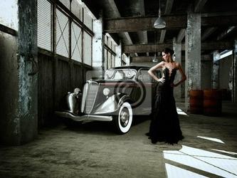 Fototapeta chice frau in einer halle mit oldtimer