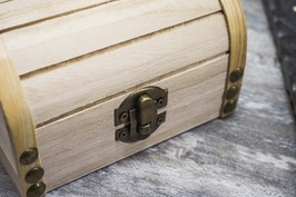 Drewniany kuferek, szkatułka na drobiazgi