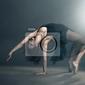 Obraz nowoczesny styl tancerka stwarzających na szarym tle