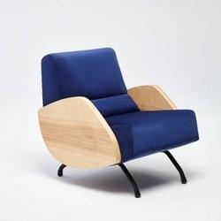 Politura :: fotel r360 z drewnianymi bokami niebieski szer. 62 cm