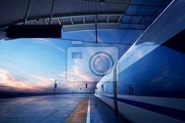 Fototapeta kolejowej na stacji kolejowej z zachodem słońca