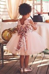 Tiulowa sukienka dla dziewczynki w różowym kolorze z cekinową kokardą i paseczkiem