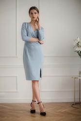 Niebieska dopasowana sukienka z kopertowym dekoltem