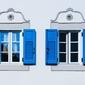 Niebieskie okiennice - plakat premium wymiar do wyboru: 50x40 cm