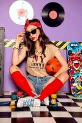T-shirt z haftowanym napisem ny lifestyle - beżowy