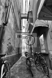Fototapeta rower w małej uliczce