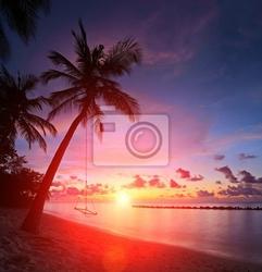 Fototapeta widok z plaży z palmami i huśtawka na zachodzie słońca, malediwy