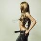Board z aluminiowym obramowaniem młoda zmysłowa kobieta w dżinsach
