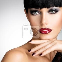 Obraz twarz kobiety z pięknym ciemnym gwoździ i seksowne czerwone usta