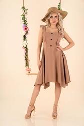 Asymetryczna sukienka z falbankami i guzikami - kawowa
